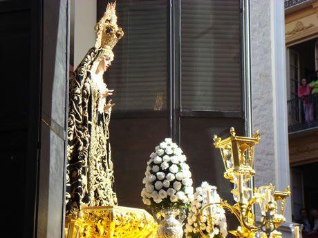 Virgen de Viñeros de Málaga a la salida de la Casa de Hermandad el Jueves Santo