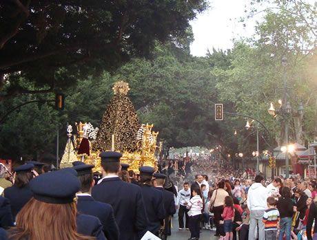 Trono de la Virgen de Viñeros a su paso por la Alameda Principal