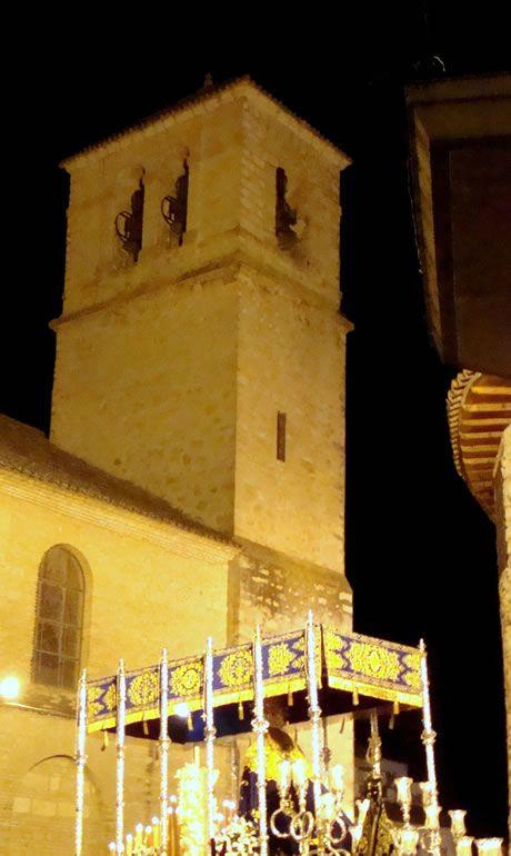 Palio de Nuestra Señora del Rosario de Torredonjimeno, de fondo la torre de la Iglesia de San Pedro
