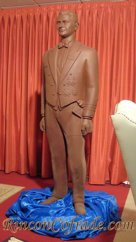 Príncipe Felipe - Escultura realizada con 340 kg. de chocolate conteniendo el 65% de cacao, habiendo tardado en su elabaroción durante 3 meses, 2 maestros pasteleros de Galleros Artesanos
